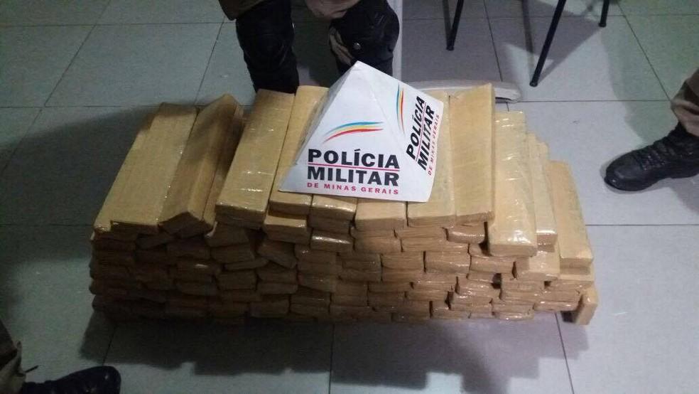 Droga foi apreendida na noite desta terça-feira (6), durante bloqueio na rodovia MG-118 (Foto: Polícia Militar/Divulgação.)
