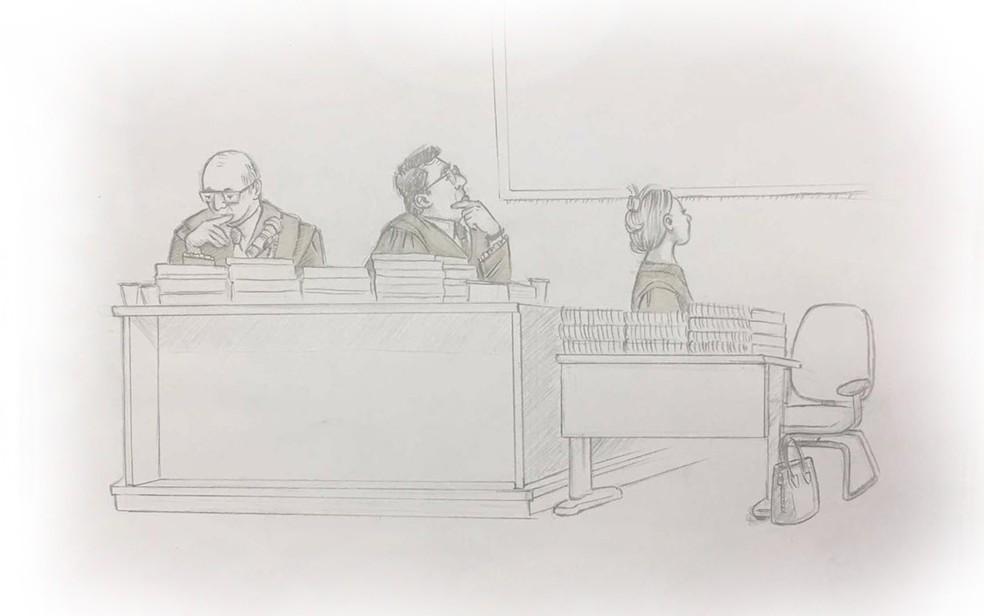 Acusação assiste a vídeos de reportagens da época do crime durante júri de Elize Matsunaga (Foto: Roberta Jaworski/Editoria de Arte/G1)