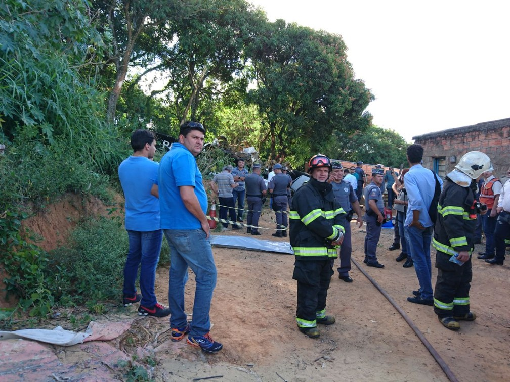 Área onde avião caiu em Sorocaba foi isolada (Foto: Mayara Corrêa/G1)