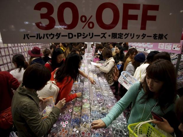 Foto mostram pessoas durante feira em Tóquio neste domingo (15) (Foto: Yuya Shino/Reuters)