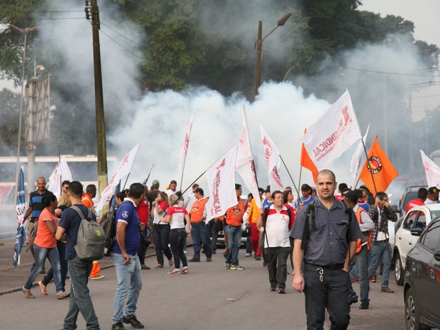 Manifestantes se reuniram em frente à siderúrgica Usiminas, em Cubatão (Foto: Sérgio Furtado / G1)