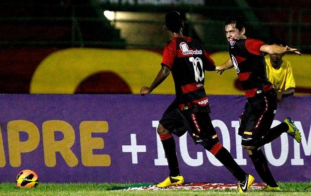 Luis Cáceres vitória gol atlético-PR brasileirão 2013 (Foto: Felipe Oliveira / Agência Estado)