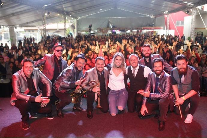 Daiane Fardin comandou o programa ao vivo que teve o som da Big Time Orchestra (Foto: Luiz Renato Correa/RPC)