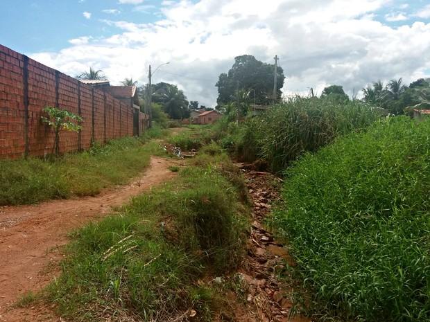 Moradores reclamam de buraco formado na rua  (Foto: Fernanda Bonilha/G1)