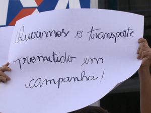 Corte de verbas para o transporte gerou protesto em Américo Brasiliense (Foto: Marlon Tavoni/EPTV)