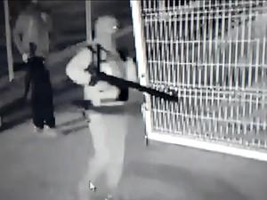 Assaltantes que explodiram caixa estavam encapuzados e armados com fuzis (Foto: Reprodução/EPTV)