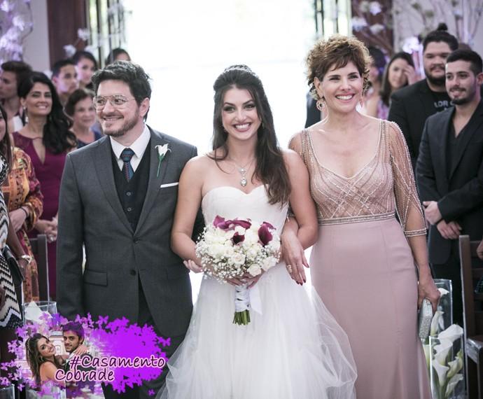 Jade entra na igreja acompanhada por Lucrécia e Edgard (Foto: Raphael Dias/Gshow)