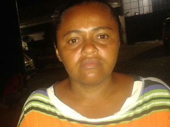 Gilvanete José dos Santos busca informações sobre irmão e sobrinho, presos no Complexo do Curado (Foto: Luna Markman / G1)