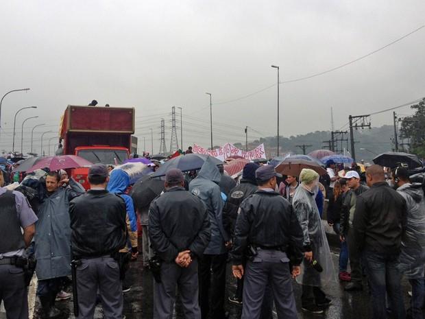 Ponte João Dias foi fechada dos dois lados pelos manifestantes, na Zona Sul da capital paulista (Foto: Tahiane Stochero/G1)