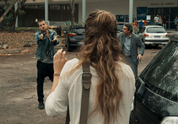 Téo aponta arma para Sara (Foto: TV Globo)