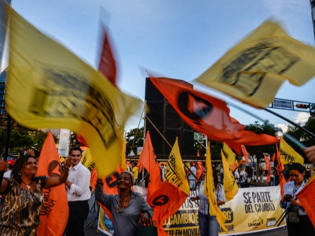 Campanha da oposição percorre as ruas de Caracas, na Venezuela. Eleição acontece no domingo (6) (Foto: Federico Parra / AFP)