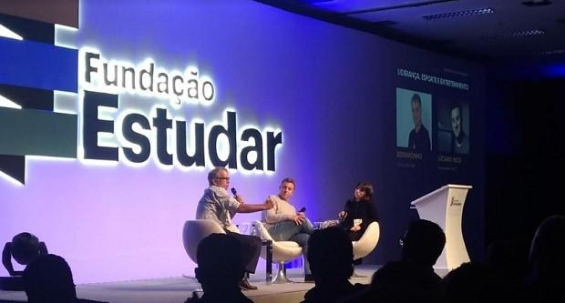 Bernardinho e Luciano Huck durante evento da Fundação Estudar, em palestra mediana por Julia Evangelista (Foto: Época Negócios)