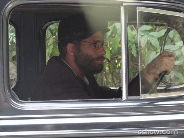Franz chega de carro, disfarçado (Foto: Joia Rara/TV Globo)