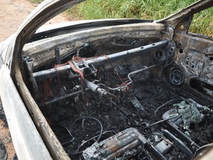 Carro ficou completamente destruído (Foto: Lucas Lemos/Canal Içara)