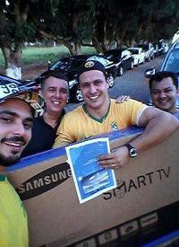 Rafael Gambarin quando recebeu uma das TVs (Foto: Reprodução/Redes sociais)