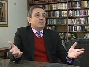 Lutero de Paiva quer combater o uso dos 'vícios de linguagem'. (Foto: RPC TV Maringá/Reprodução)