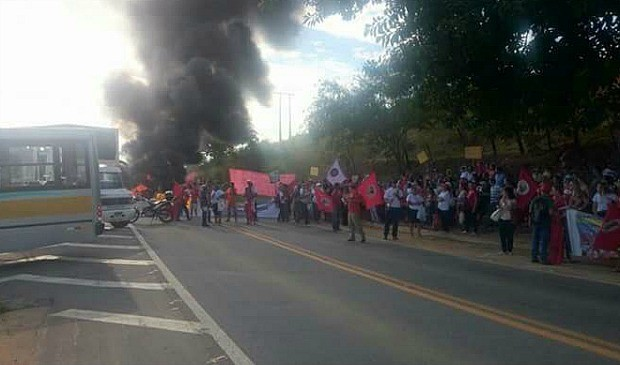 Cerca de 200 integrantes do MST realizam protesto e bloqueiam BR 259, em Colatina, espírito santo (Foto: Divulgação/PRF)