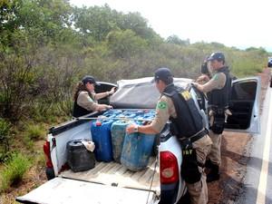 Combustível apreendido durante ação da Polícia Rodoviária Federal (Foto: Laudinei Sampaio - TV Roraima)