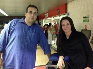 Elizabeth e Diego só conseguirão voltar para casa, nos Estados Unidos, no início de novembro (Foto: Cauê Fabiano/G1)