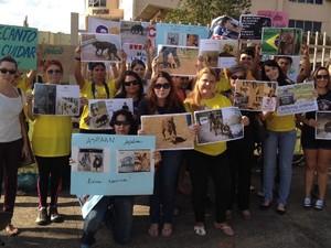 Defensores dos animais protestam em frente ao Fórum de Aparecida de Goiânia, Goiás (Foto: Sílvio Túlio / G1)