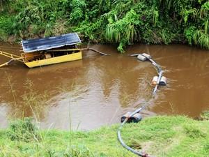 Areia estava sendo retirada do rio sem licença (Foto: Elaine Pontual/ Ascom IMA)