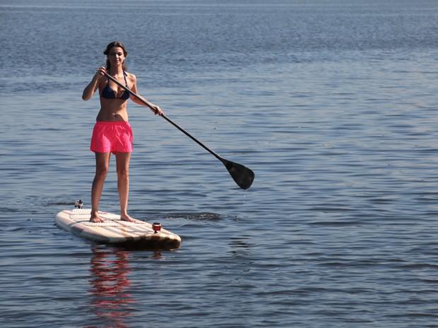 Que lindo! Milena se equilibra em cima da prancha.  (Foto: TV Globo/Estrelas)