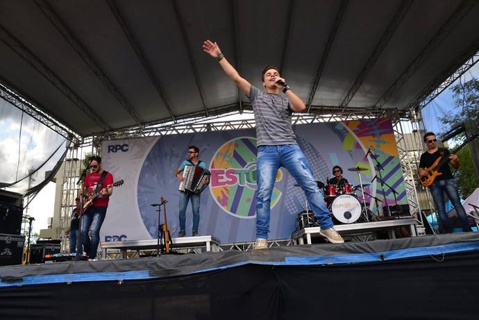 A galera cantou sucessos como Perigo junto com o grupo Kanoa (Foto: Priscilla Fiedler/RPC)