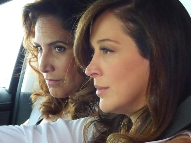 Wanda e Lívia ficam de olho na delegada (Foto: Salve Jorge/TV Globo)