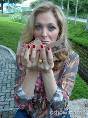O cheiro do chocolate deixa a atriz cheia de vontade (Foto: Malhação / TV Globo)