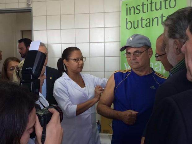 Voluntário toma a vacina em teste contra a dengue em Rio Preto  (Foto: Graciela Andrade/TVTEM)