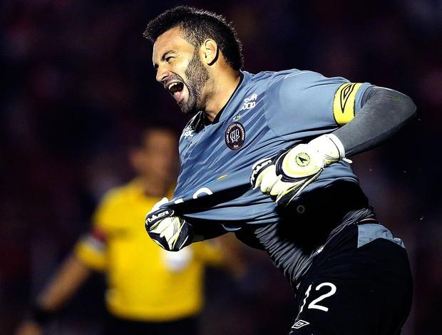 Weverton goleiro do Atlético-PR comemoração  (Foto: Reuters)