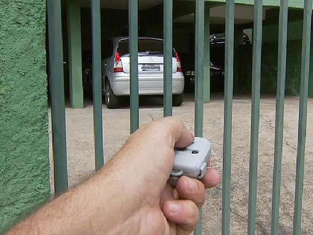 Proprietário  de carro abre portão onde guarda o veículo em Campinas (Foto: Reprodução / EPTV)