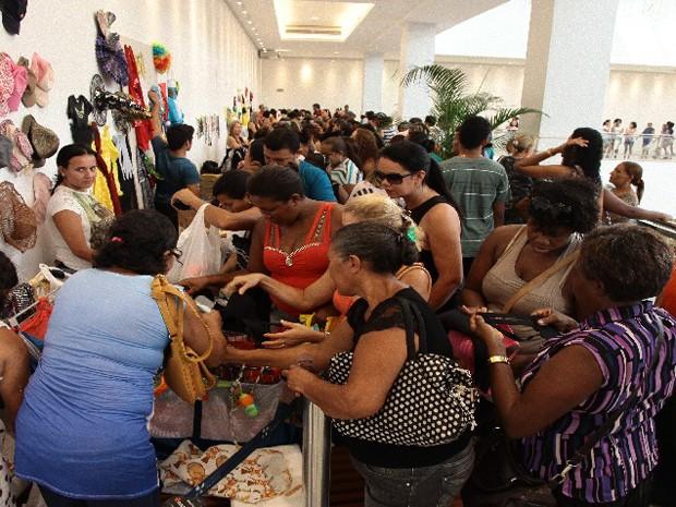 Brechó de Natal da Mirante no Shopping da Ilha, em São Luís - 13/12/2014 (Foto: Biné Morais / O Estado)