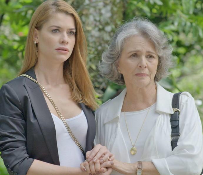 Lívia e Vitória acompanham a remoção de Emília (Foto: TV Globo)