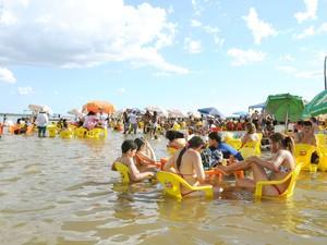 Nas praias de Araguatins os banhistas ficam com os pés na água para se refrescar (Foto: Luciano Ribeiro/ATN)