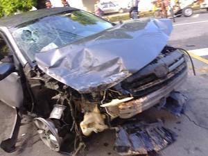 Parte frontal do Corolla foi a mais danificada (Foto: Enviado pelo WhatsApp)