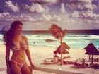 Andressa Ganacin posa de biquíni em praia paradisíaca