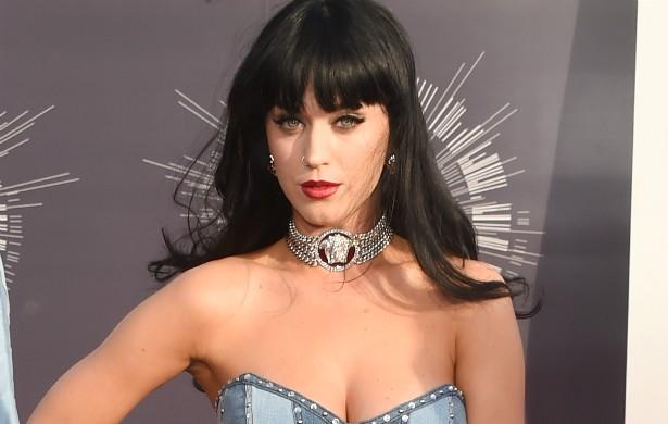 Katy Perry, que está solteira desde o início do ano, diz que adora dar uma olhada nos perfis que existem no Tinder — sim, a popstar ela está lá (provavelmente escondida num perfil fake). (Foto: Getty Images)
