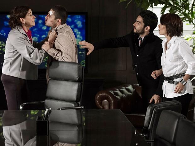 Clara e Pedro tentam apartar a briga (Foto: Fábio Rocha/TV Globo)