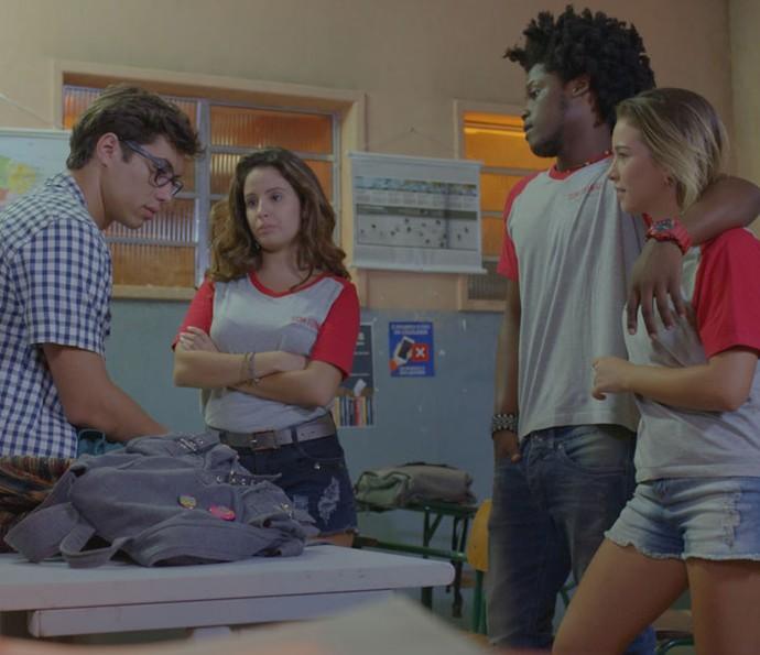 A galera tenta descobrir o novo emprego de Fil (Foto: TV Globo)