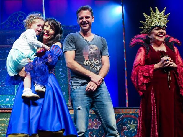 Juliana Baroni e a filha, Maria Eduarda, e o marido, Eduardo Moreira, em estreia de peça em São Paulo (Foto: Manuela Scarpa/ Brazil News)