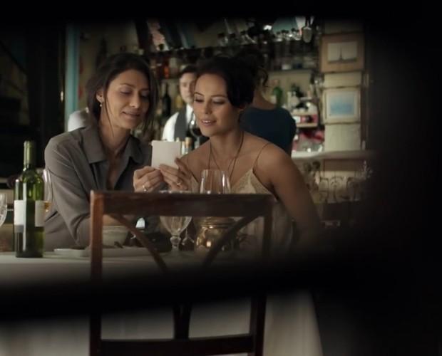 Marília e Denise almoçam em restaurante (Foto: TV Globo)