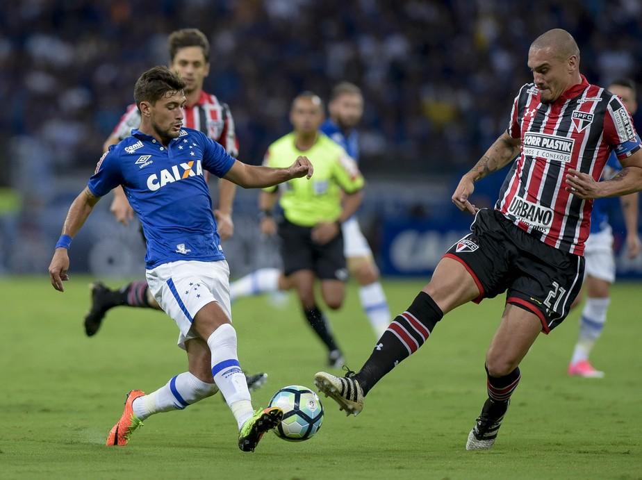 Cruzeiro cai para o São Paulo, perde invencibilidade no ano, mas passa na Copa do Brasil