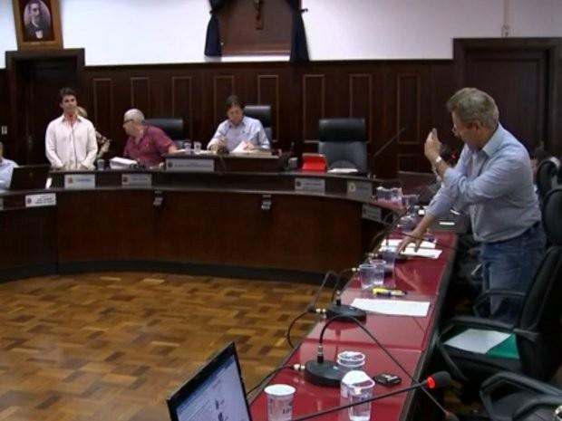 Um dos vereadores não quis assinar o documento para criar a CEI (Foto: Reprodução/ TV TEM)