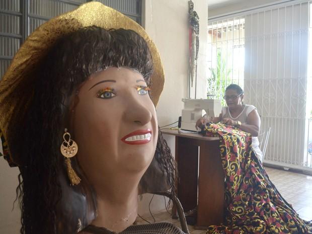Boneca Chicona tem roupa feita em casa no bairro Laguinho, em Macapá (Foto: Abinoan Santiago/G1)