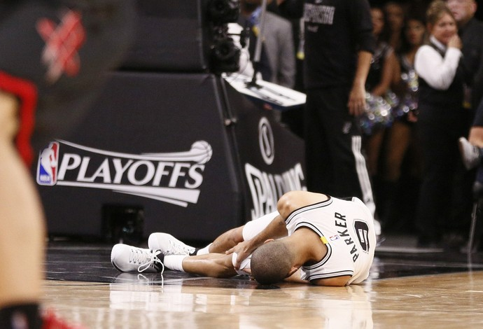 Tony Parker machucou o joelho durante a vitória do San Antonio Spurs sobre os Rockets (Foto: Reuters/Soobum Im-USA TODAY Sports)