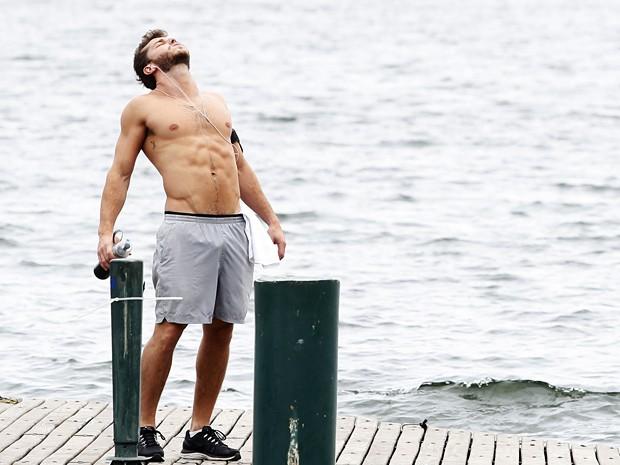 O ator dribla o calor (Foto: Raphael Dias/TV Globo)