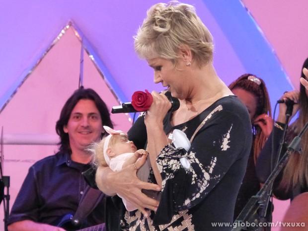 Xuxa carrega a boneca de um bebê que parece de verdade (Foto: TV Globo / TV Xuxa)