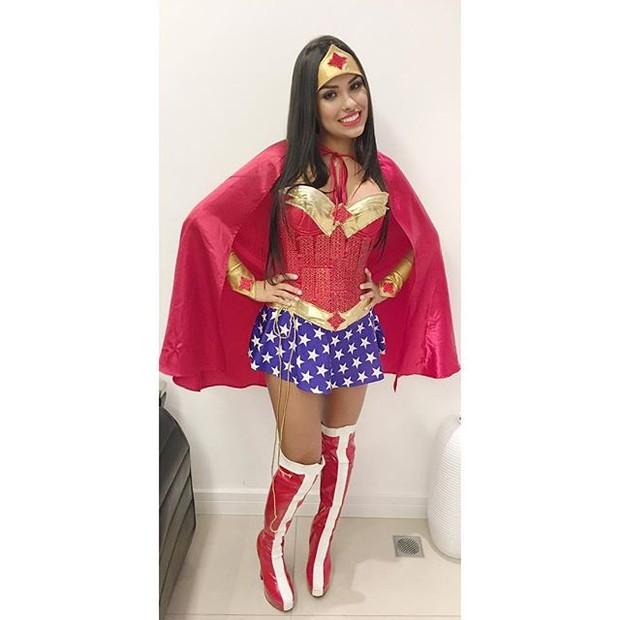 Munik vestida de Mulher Maravilha (Foto: Reprodução/Instagram)