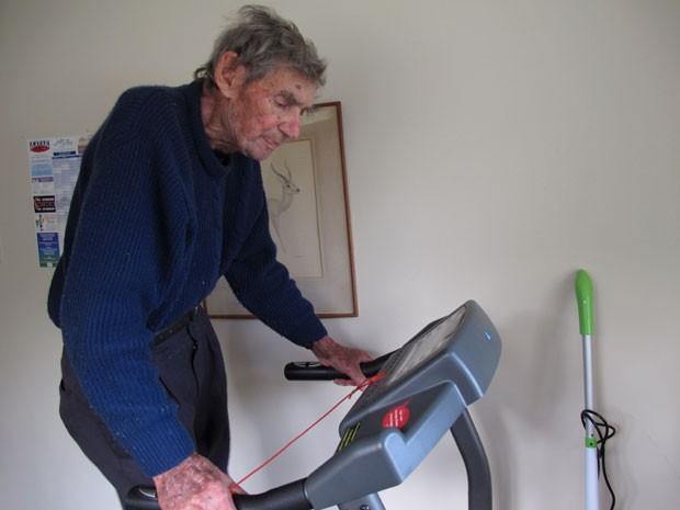 Ele se mantêm saudável fazendo exercícios em uma academia montada em sua casa (Foto: Nick Perry/AP)